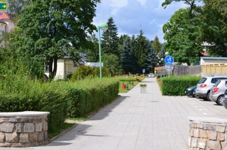 Chodník kolem školy k penziónu