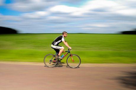 cyklista bez prilby