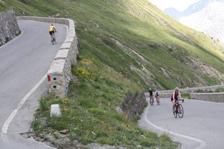 cyklisté v serpentině